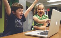 Enthusiastic children playing on computer, Foto: freerangestock.com