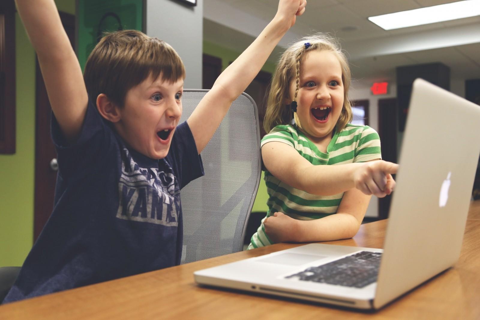 Enthusiastic children playing on computer, Foto: freerangestock.com